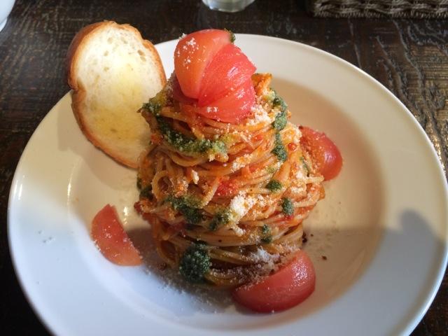 輪のフルーツトマト、モッツァレラのスパゲティ