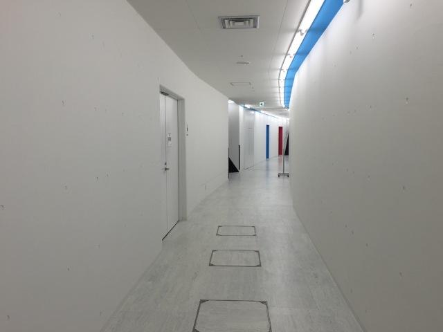 ロッカールームからの廊下