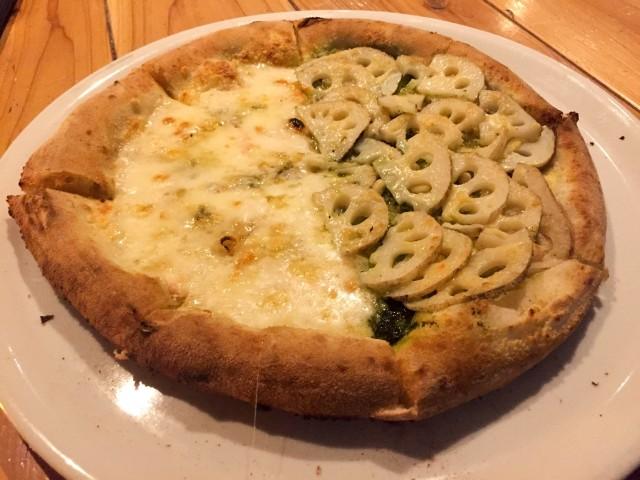クアトロフォルマッジとレンコンのピザ