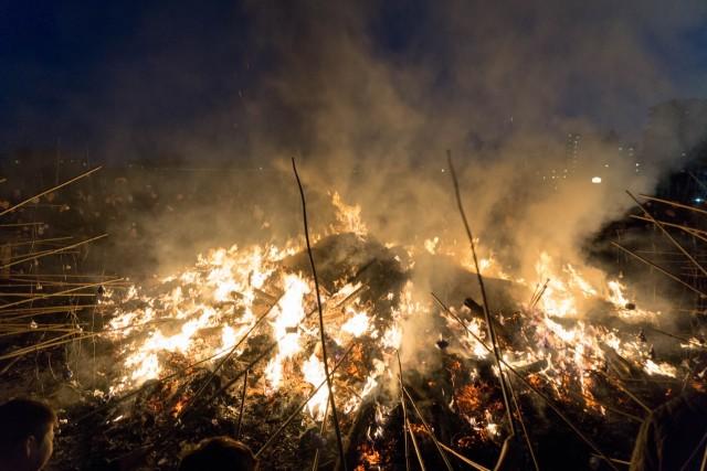 火の中に餅を入れて焼く